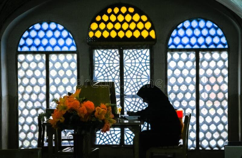 Kvinna som studerar Koranen royaltyfria bilder