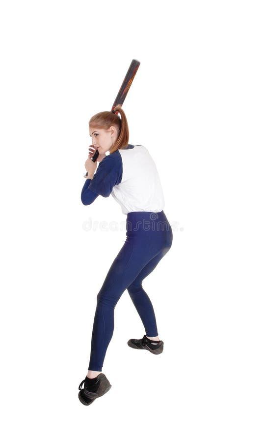 Kvinna som svänger hennes slagträ i softball royaltyfria foton