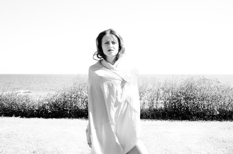 Kvinna som täckas med kjolen pÃ¥ stranden Når att ha simmat Sommarsemester och lopp Sinnlig flicka pÃ¥ havsstranden östlig skönh royaltyfria bilder