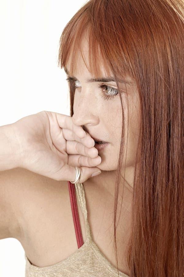 Kvinna som täcker henne kanter fotografering för bildbyråer