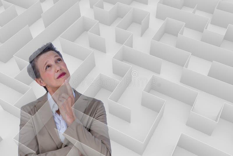 Kvinna som tänker bak en labyrint royaltyfri bild