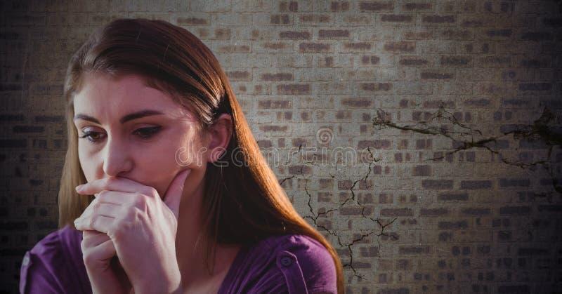 Kvinna som tänker mot den bruna tegelstenväggen vektor illustrationer