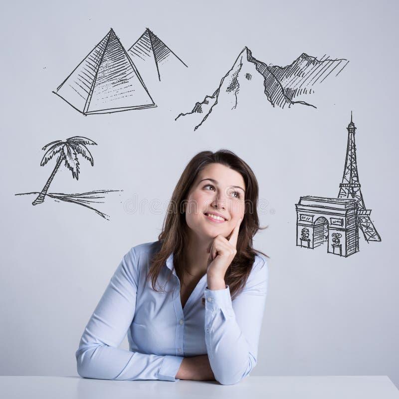 Kvinna som tänker om ferier arkivbild