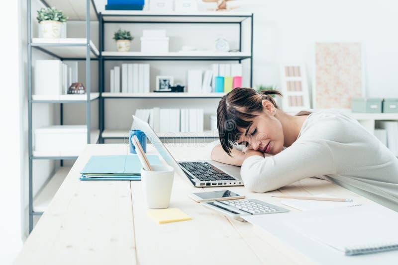 Kvinna som ta sig en tupplur på arbete royaltyfri bild