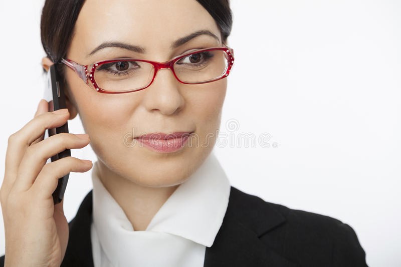 Kvinna som talar över mobiltelefonen arkivbilder