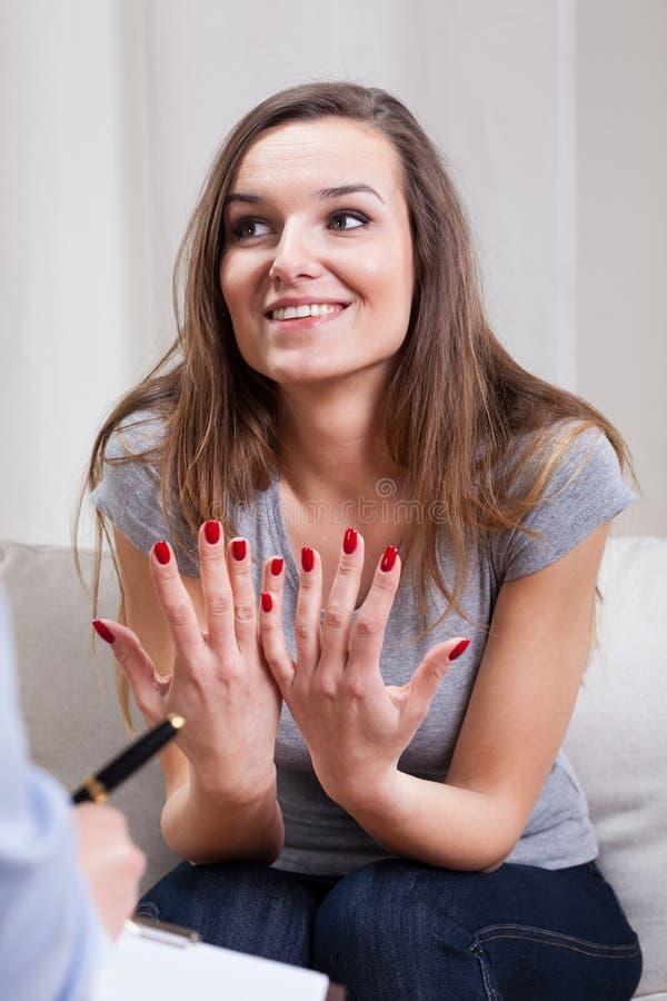 Kvinna som talar med hennes terapeut arkivbilder