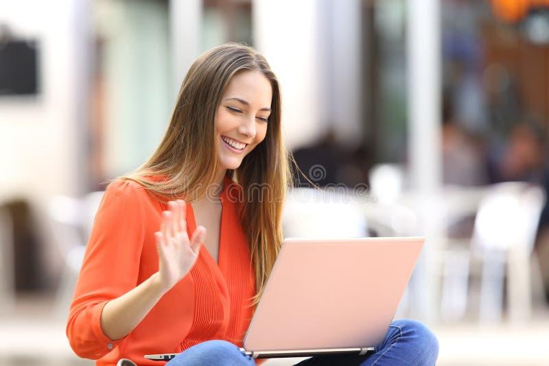 Kvinna som talar på linje i en videokonferens arkivfoton