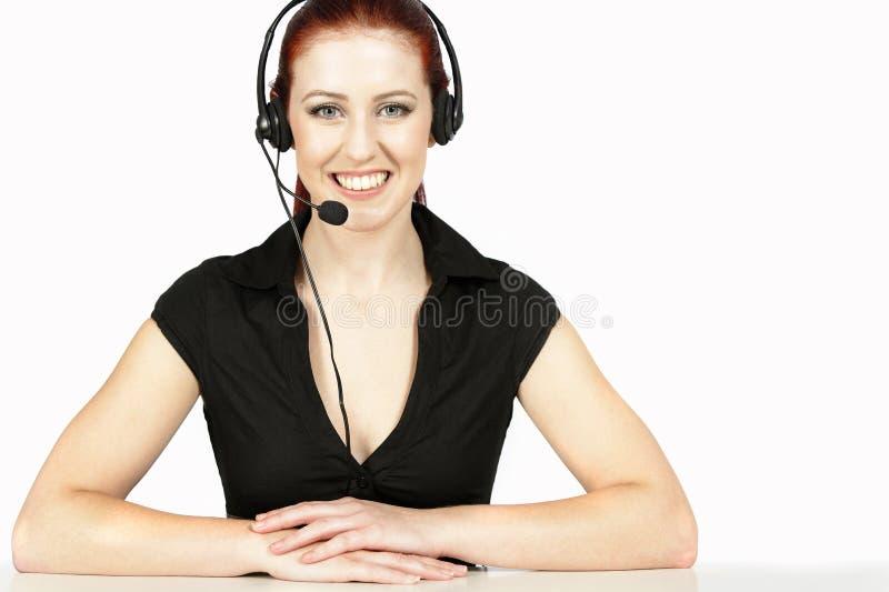 Kvinna som talar på telefonen arkivbilder