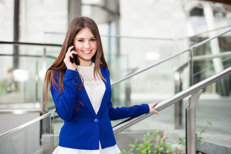 Kvinna som talar på telefonen royaltyfri foto