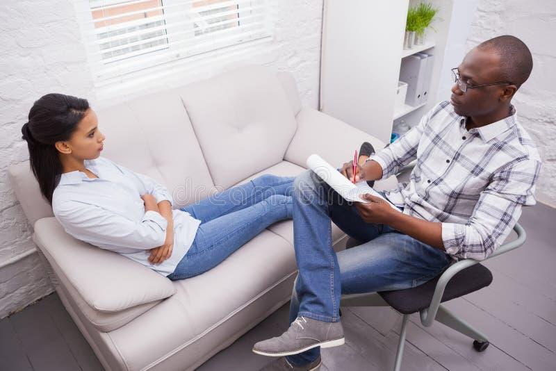 Kvinna som talar till hennes psykolog royaltyfri bild
