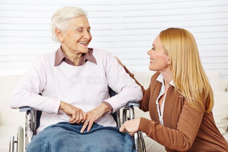 Kvinna som talar till pensionären arkivbilder