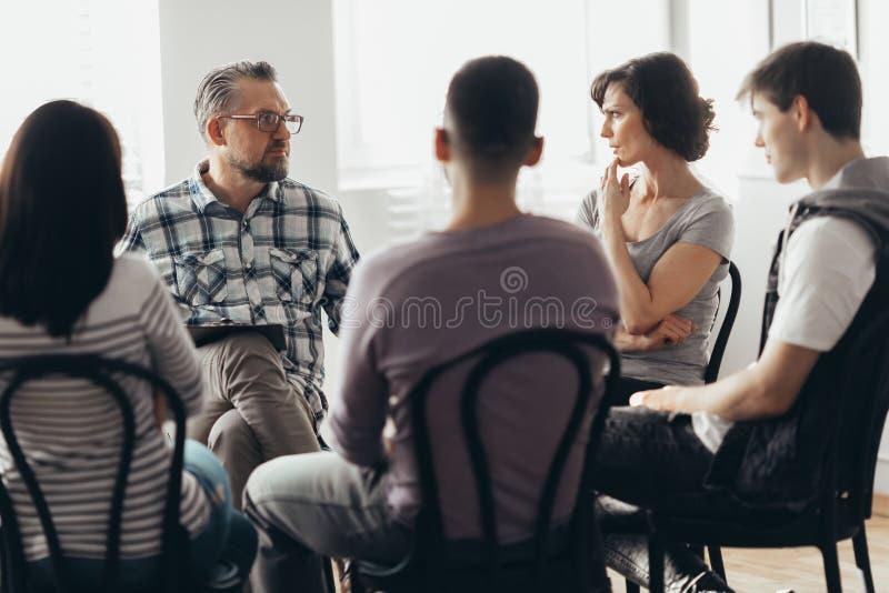 Kvinna som talar till psykoterapeuten i stödgruppen för ACOA royaltyfria bilder