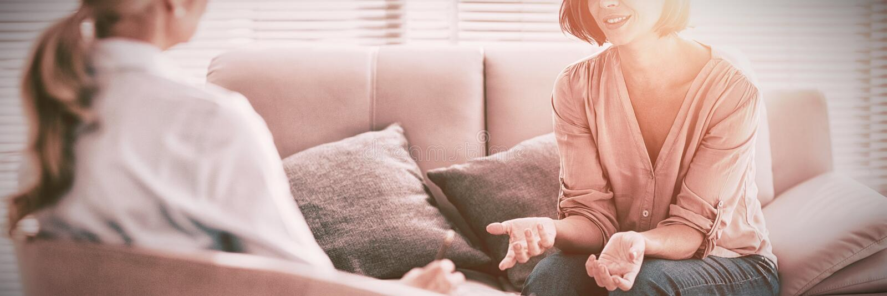 Kvinna som talar till terapeuten arkivbild