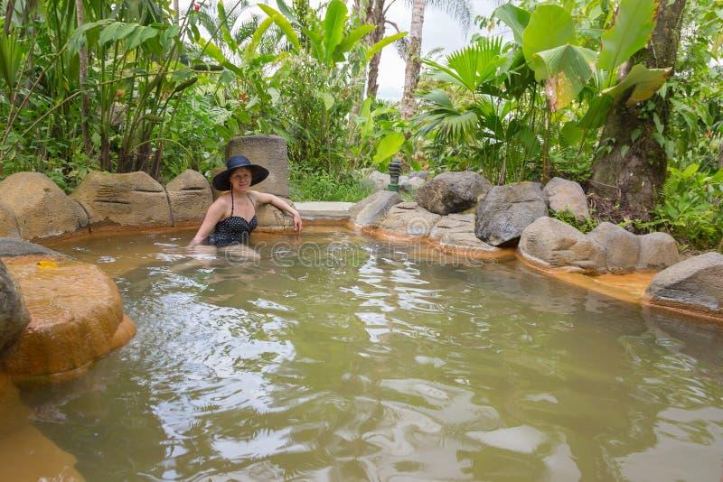 Kvinna som tar badet i den termiska våren royaltyfria foton