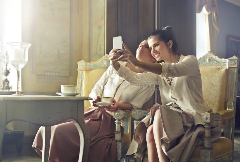 Kvinna som tar en selfie i ett hotell arkivfoto