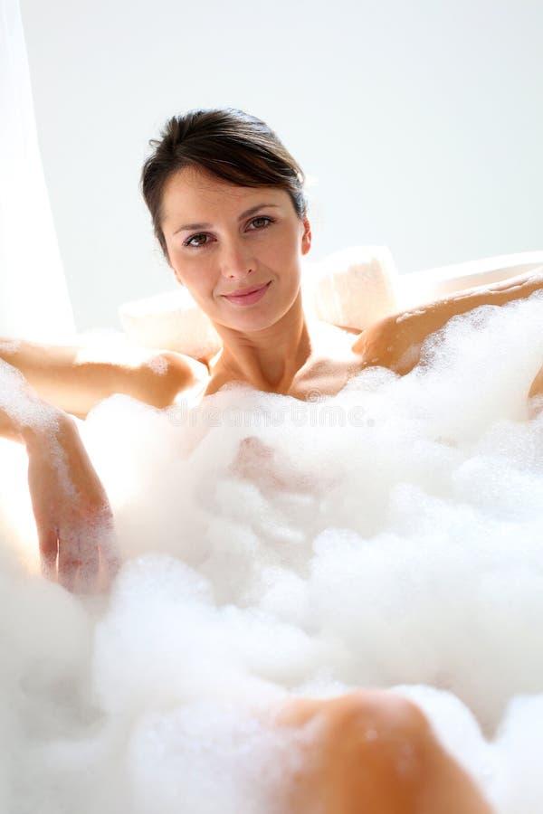 Kvinna som tar ett bad royaltyfri bild