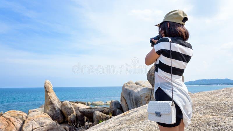 Kvinna som tar foto på Hinen Ta Hin Yai royaltyfri foto
