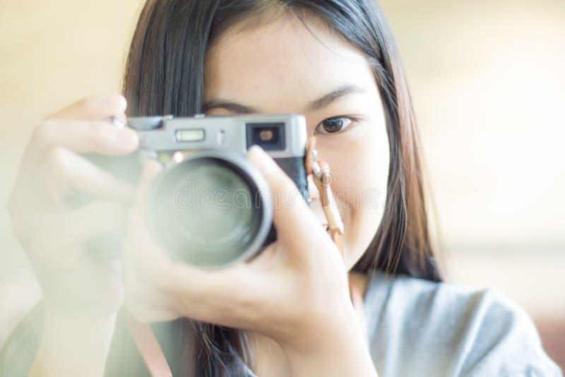 Kvinna som tar fotoet i coffee shop arkivfoto