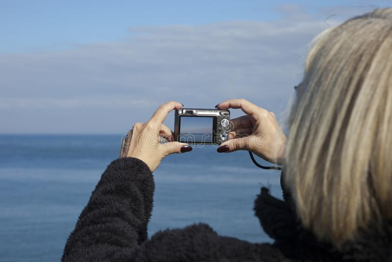 Kvinna som tar fotoet i Whitley Bay arkivbilder
