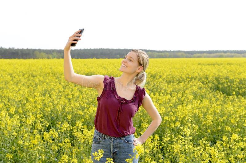Kvinna som tar selfie fotografering för bildbyråer
