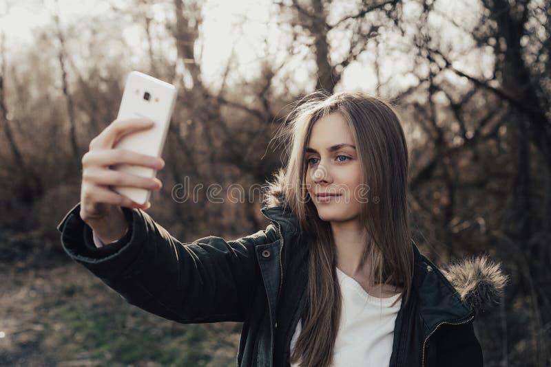 Kvinna som tar selfie på smartphonen arkivbild