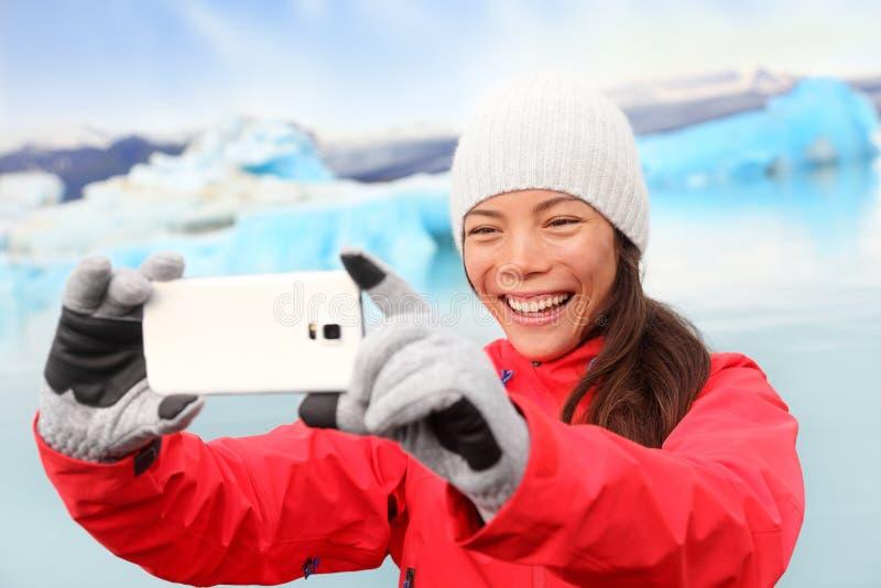 Kvinna som tar selfiefotoet av Jokulsarlon Island royaltyfri bild