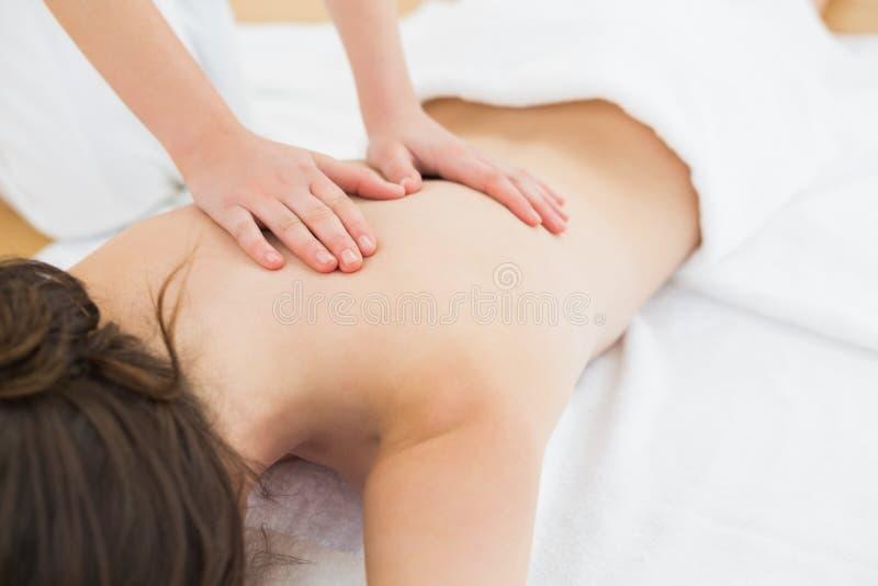 Kvinna som tillbaka tycker om massage på skönhetbrunnsorten royaltyfri bild