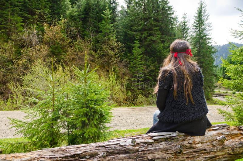 Kvinna som tillsammans med väntar ett berg arkivbild