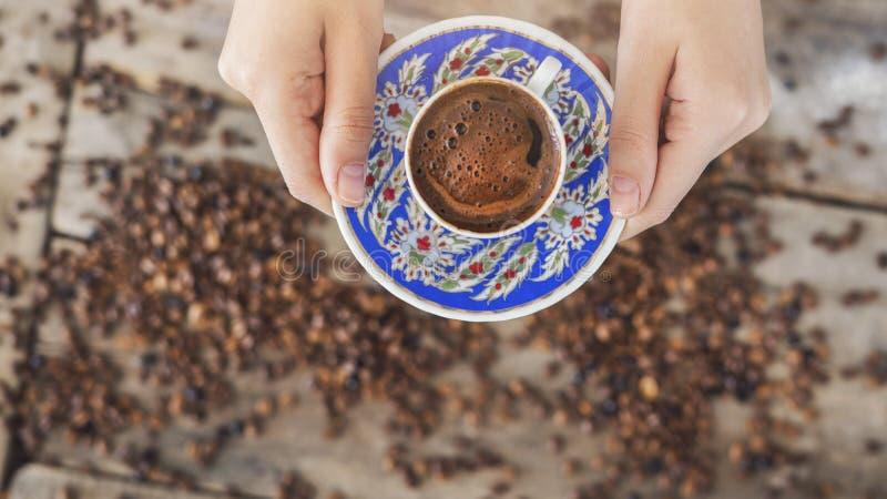 Kvinna som tjänar som en kopp av turkiskt kaffe arkivfoto
