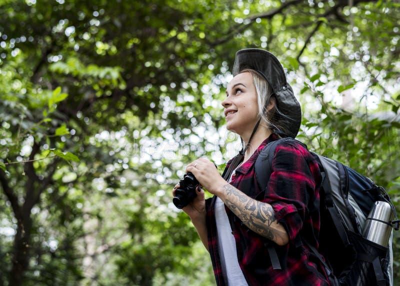 Kvinna som trekking i skogen arkivbild