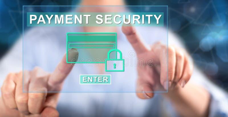 Kvinna som trycker på ett betalningsäkerhetsbegrepp arkivbild