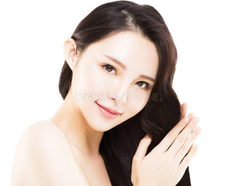 Kvinna som trycker på hennes långa och sunda hår royaltyfri bild