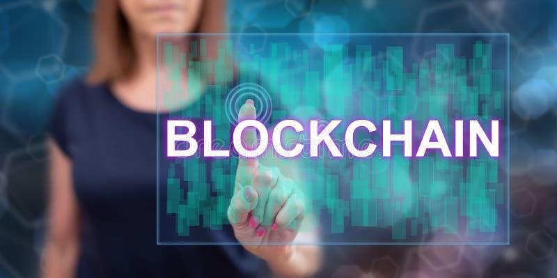 Kvinna som trycker p? ett blockchainbegrepp royaltyfri fotografi