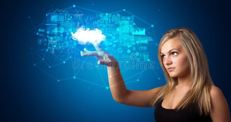 Kvinna som trycker p? molnsystemhologrammet arkivbild