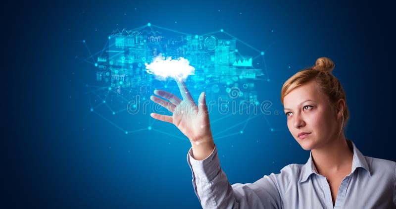 Kvinna som trycker p? molnsystemhologrammet royaltyfria bilder