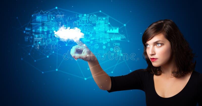 Kvinna som trycker p? molnsystemhologrammet royaltyfria foton