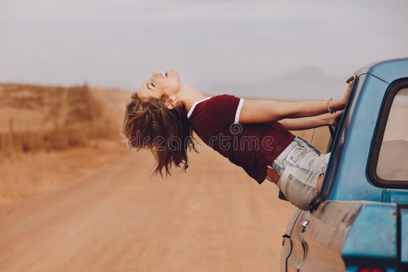 Kvinna som tycker om bilritten arkivfoton