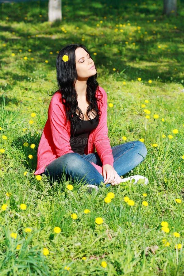 Kvinna som tycker om blommafältet royaltyfria bilder