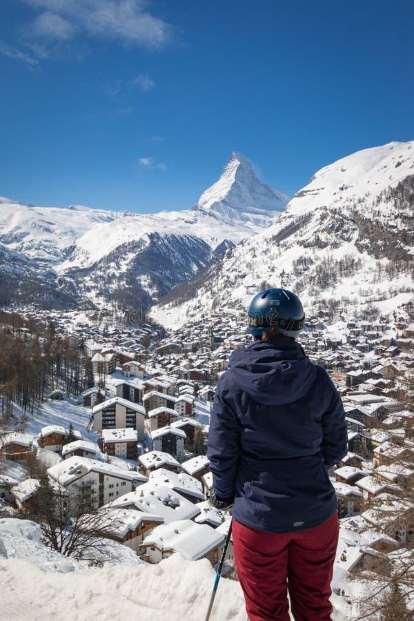 Kvinna som tycker om cityscape av Zermatt, Schweiz med Matterhorn royaltyfri fotografi