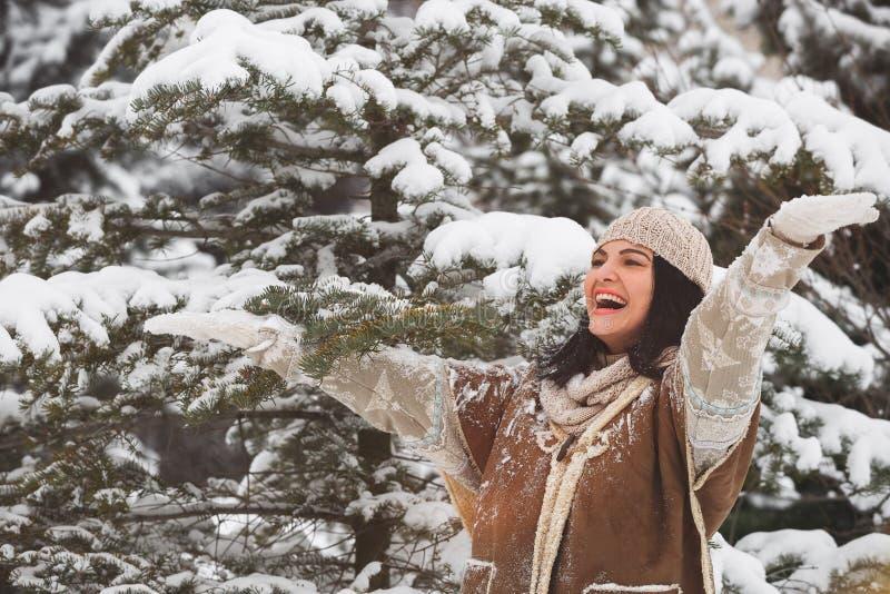 Kvinna som tycker om den fallande snön fotografering för bildbyråer