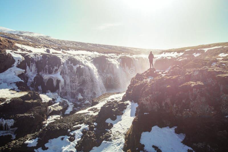 Kvinna som tycker om den härliga Kolugljúfur kanjonen och vattenfallet, i Island arkivfoto