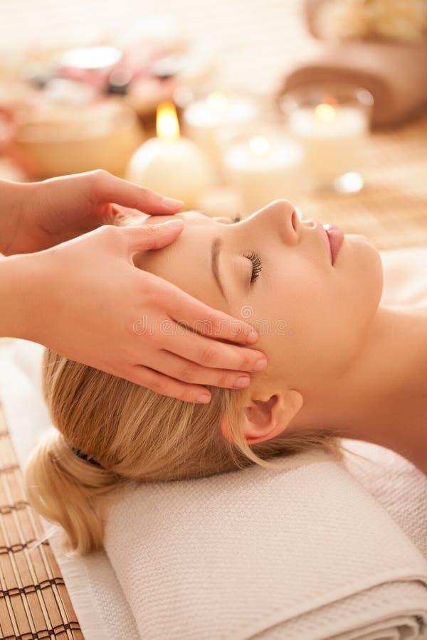 Kvinna som tycker om en Head massage royaltyfri fotografi
