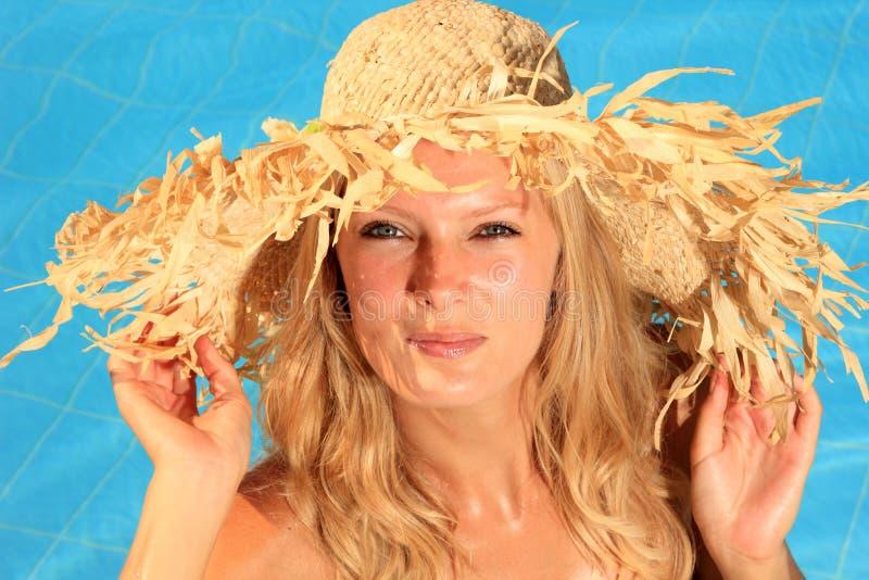 Kvinna som tycker om en simbassäng arkivbilder