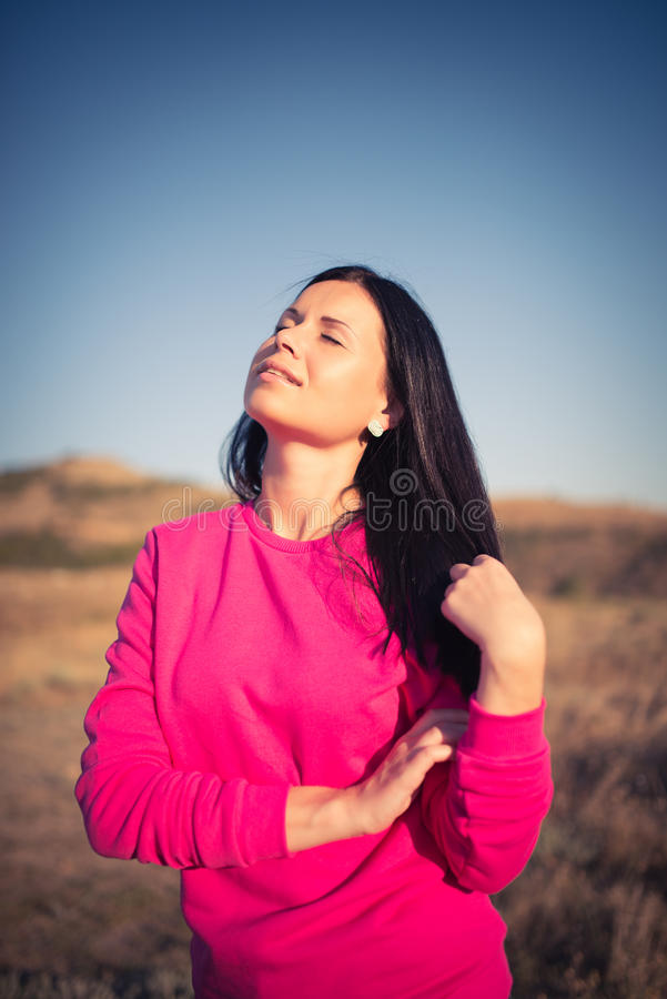 Kvinna som tycker om frihet och liv på härligt royaltyfri foto