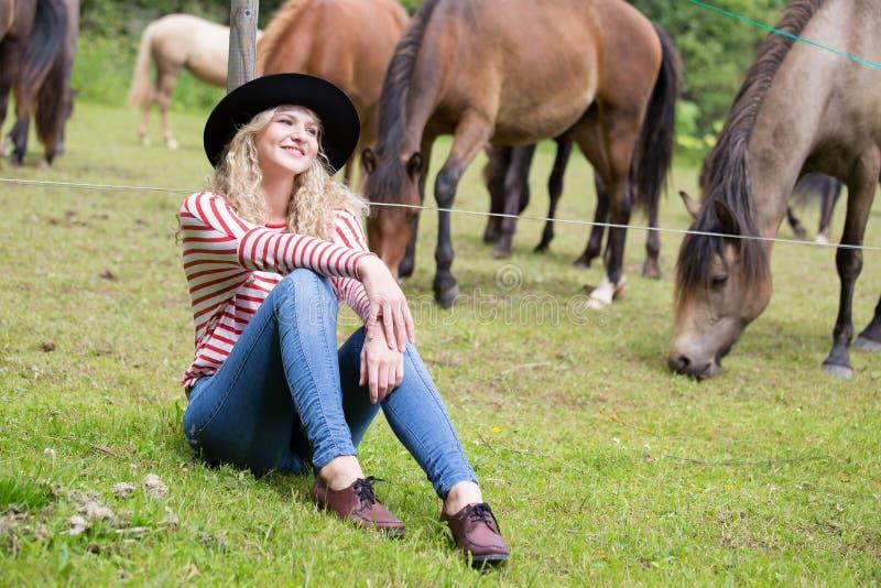 Kvinna som tycker om hästföretaget arkivfoton