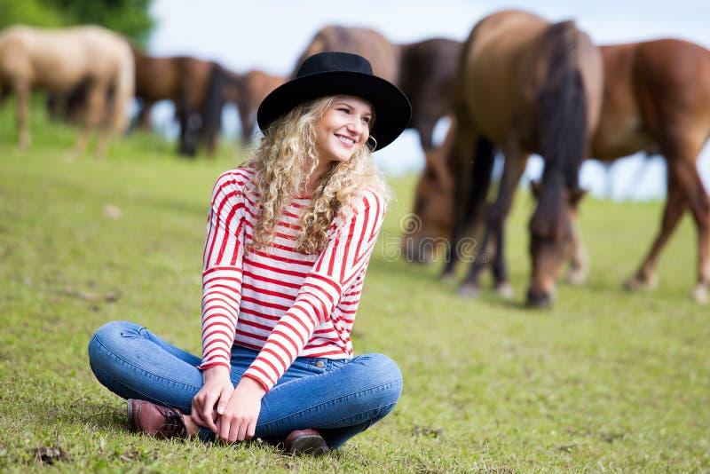 Kvinna som tycker om hästföretaget arkivbilder