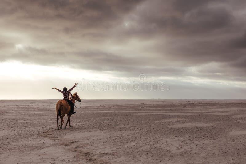 Kvinna som tycker om hästridning arkivbilder