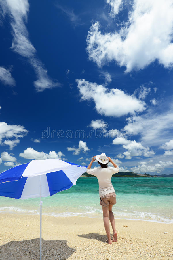 Kvinna som tycker om havet i Okinawa royaltyfria foton