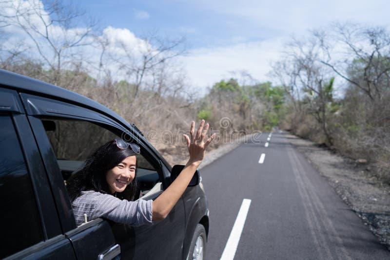 Kvinna som tycker om hennes tur som går på semester med bilen arkivbilder