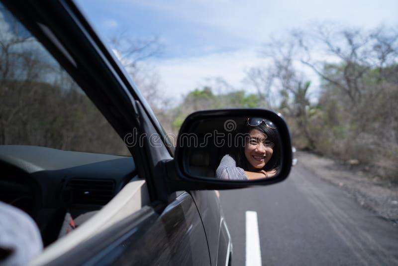 Kvinna som tycker om hennes tur som går på semester med bilen fotografering för bildbyråer